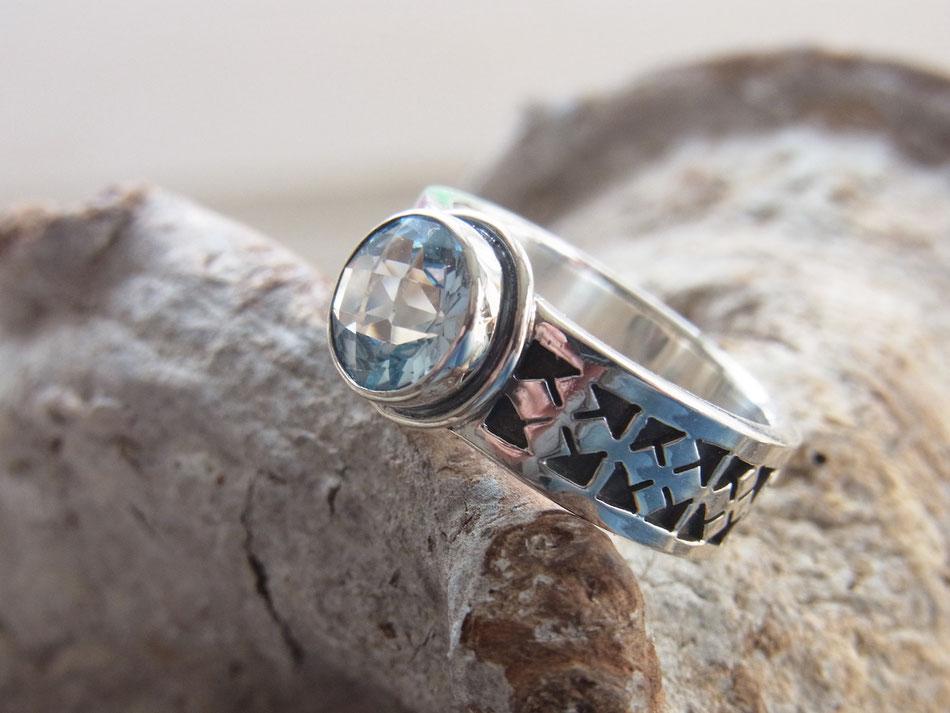 Silberring mit rundem geschliffenen Aquamarin Edelstein