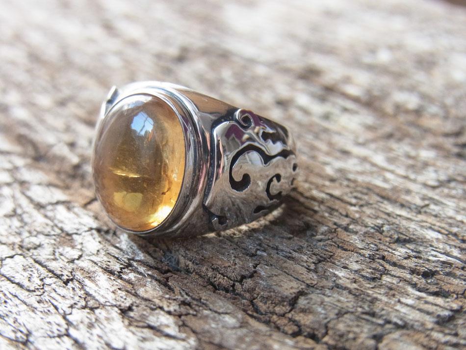 Ring mit Citrin Cabochon und Flammen als Symbole in Silber