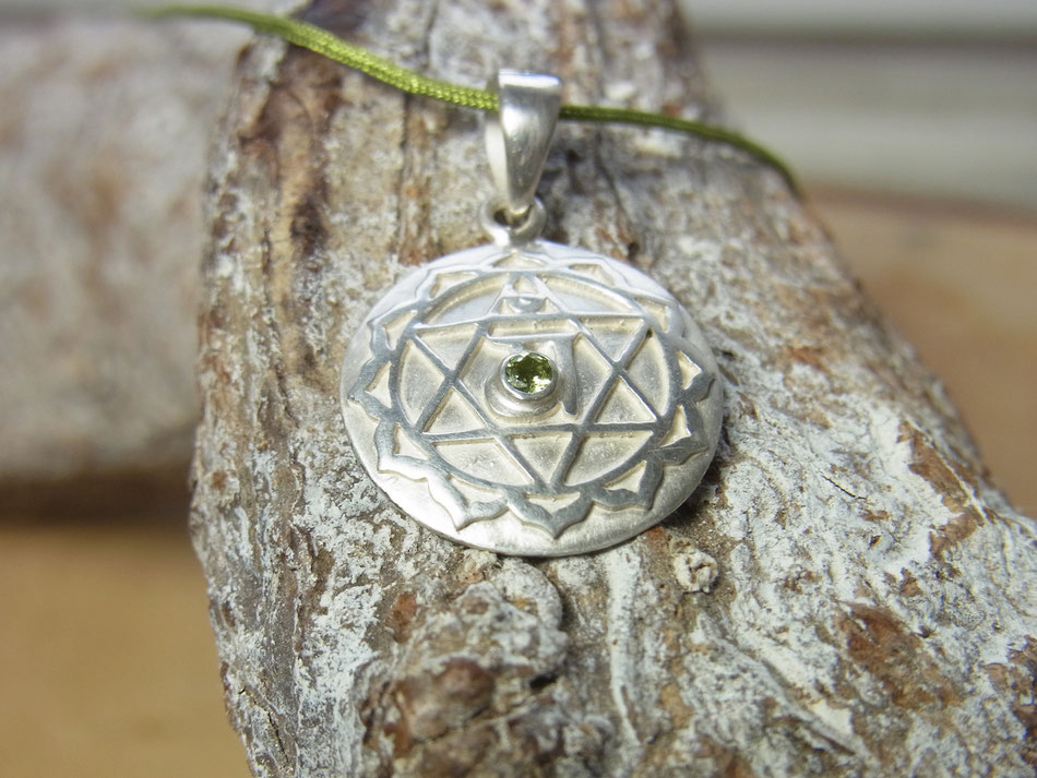 grünes Nylonband mit rundem Herzchakra Symbol Silberanhänger und Peridot