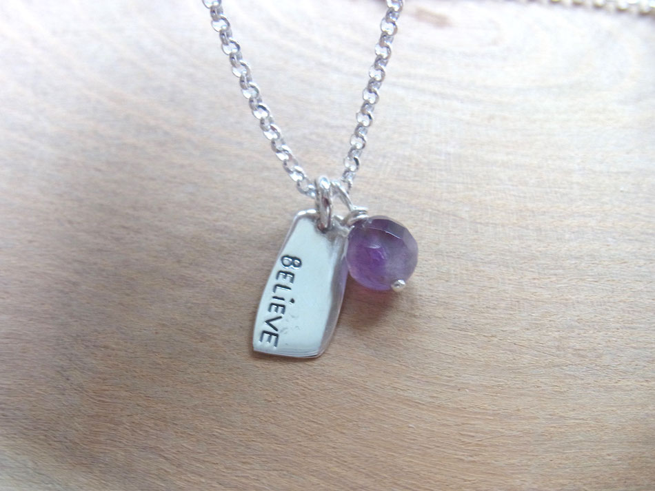 Silberkette mit Silberanhänger und Gravur BELIEVE und Amethyst perle