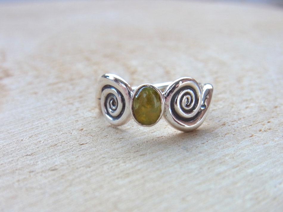 Ring mit Katzenauge und Spiralen aus Silber
