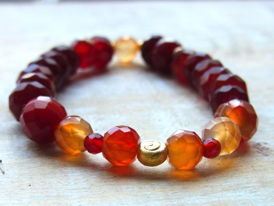 Edelsteinarmband mit orange leuchtenden facettierten Karneol Steinen und Spirale aus Messing
