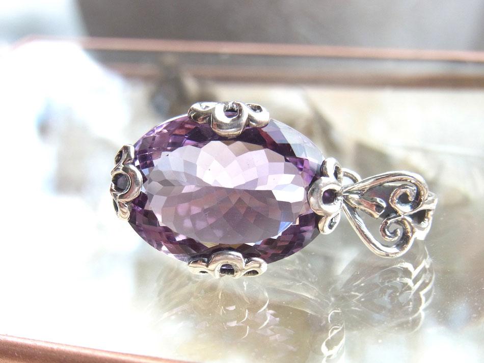 Kettenanhänger mit facettiertem Amethyst und floralen Ornamenten aus Silber