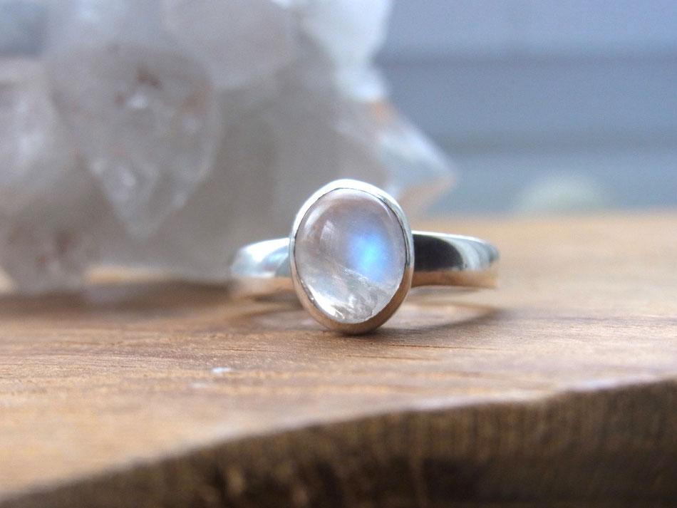 Schlichter moderner Silberring mit Regenbogen Mondstein