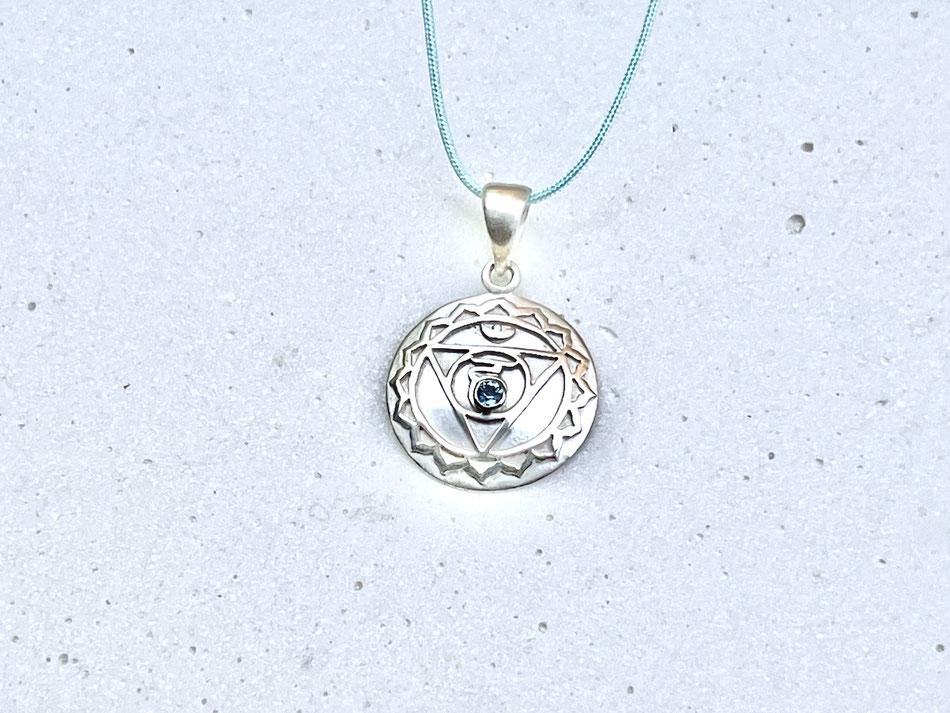 hellblaues Nylonband mit rundem Halschakra Symbol Anhänger aus Silber mit Topas