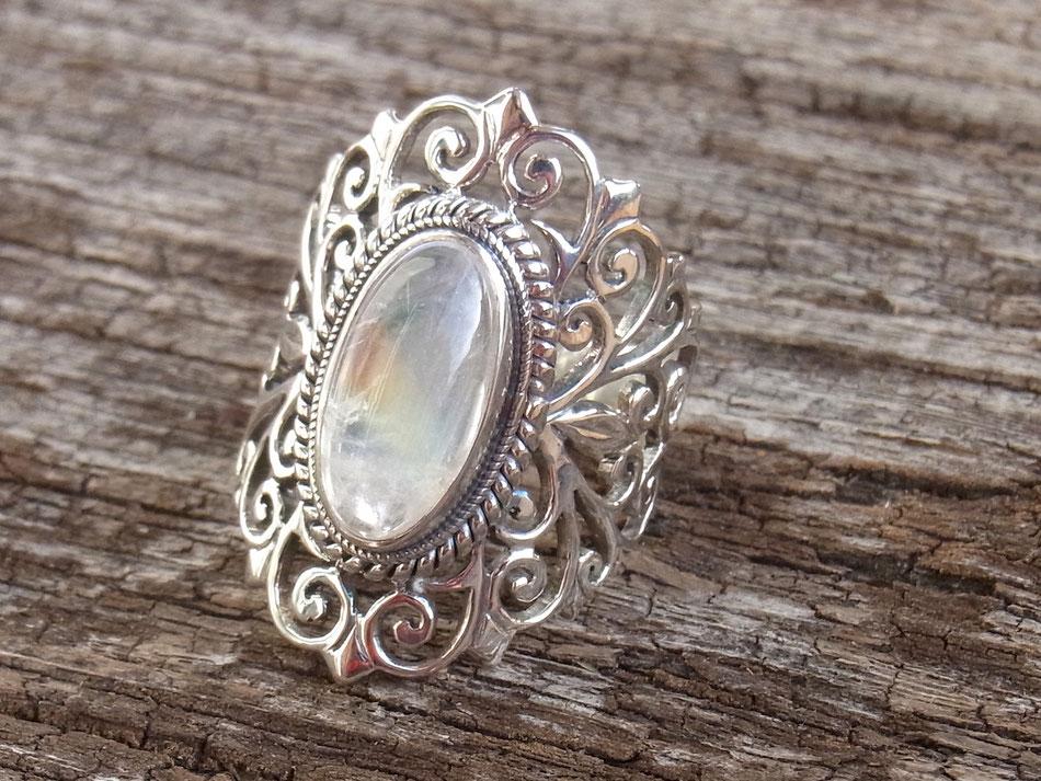 Ring mit ovalem Regenbogen-Mondstein aus Silber im Jali Design aus Nepal