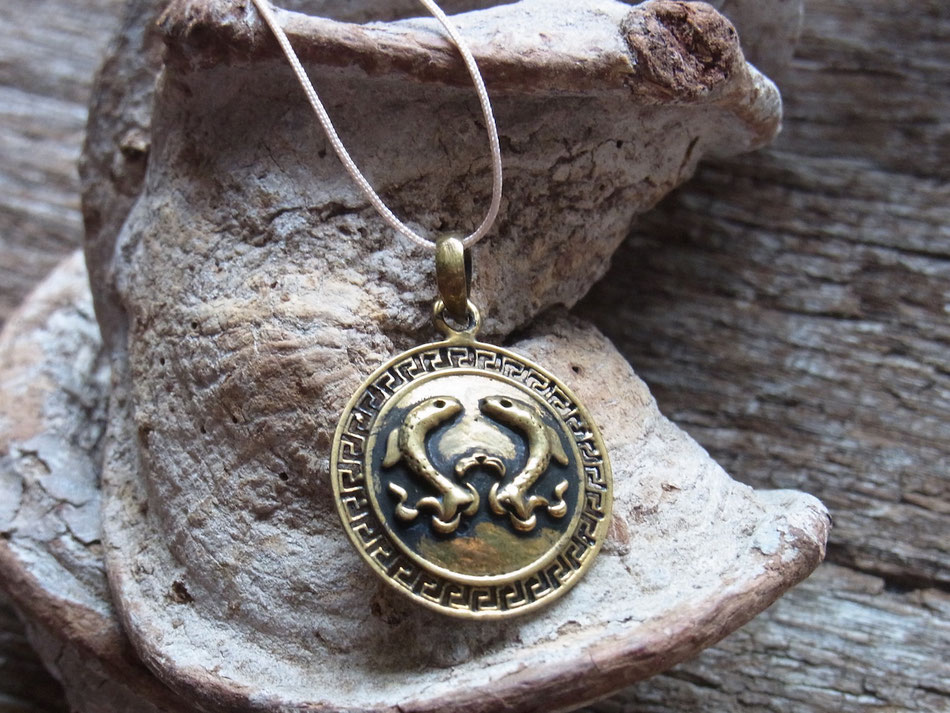 Kette mit goldfarbigem Glückssymbol Patta unendlicher Knoten aus dem Buddismus