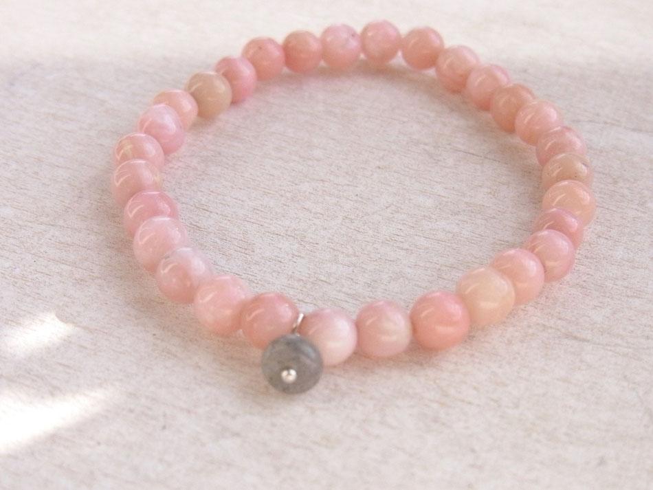 Edelsteinarmband aus rosa Andenopalen und kleiner Labradorit Perle