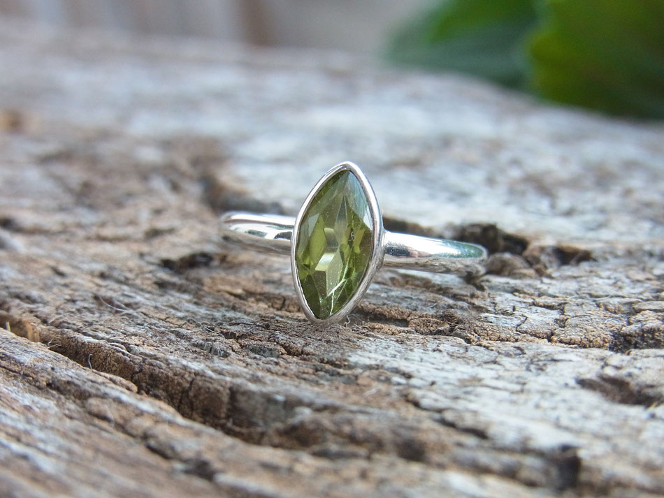 Silberring mit geschliffenem hellgrünen Peridot