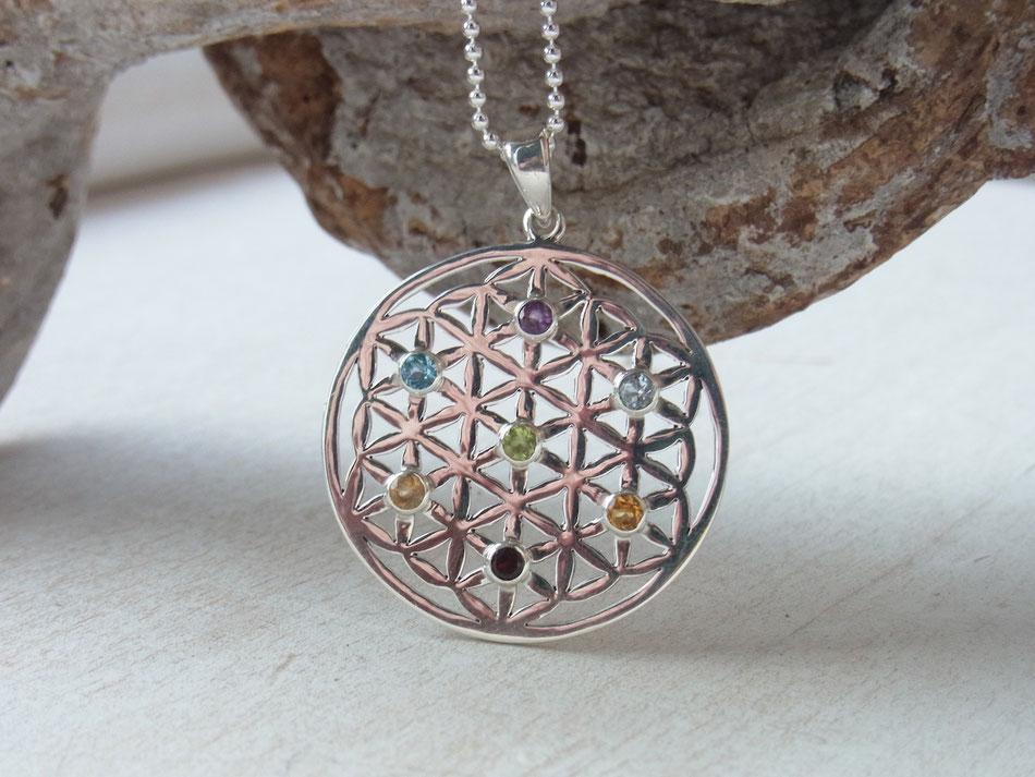 Kette mit Blume des Lebens Anhänger aus Silber mit sieben Chakra-Edelsteinen