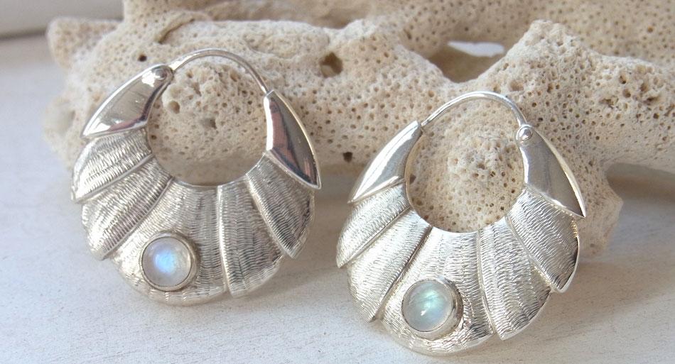 Ohrringe Creolen aus Silber mit Regenbogen Mondstein Cabochon