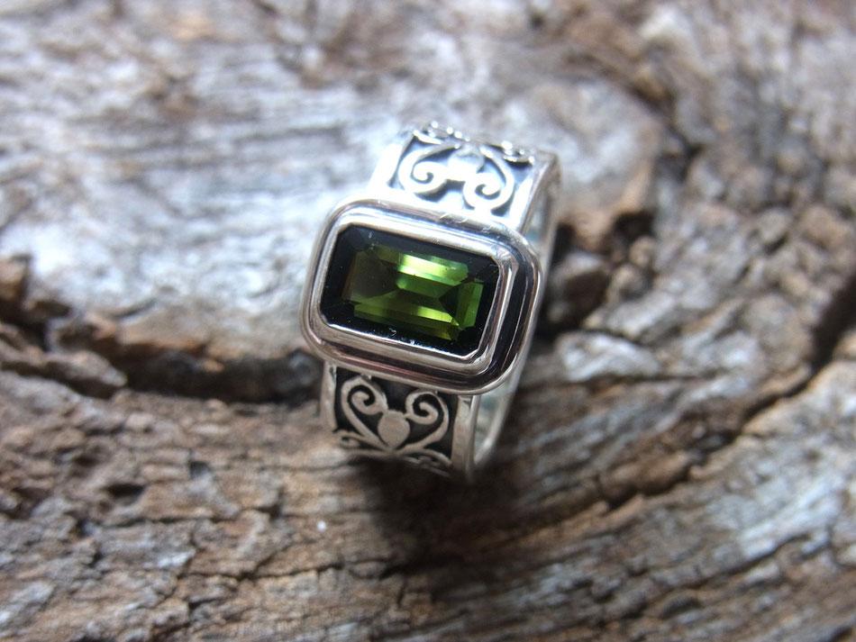 Verzierter Ring grüner Turmalin Verdelith Edelstein aus Silber