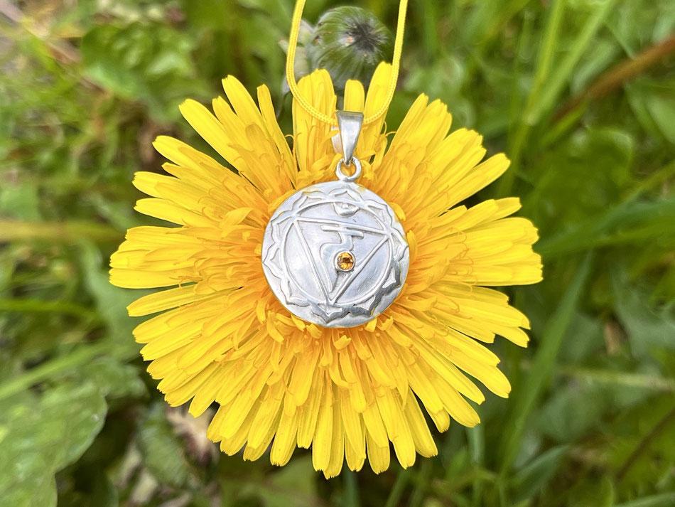 Gelbe Nylonbandkette mit Solarplexuchakra Symbol und Citrin Anhänger aus Silber