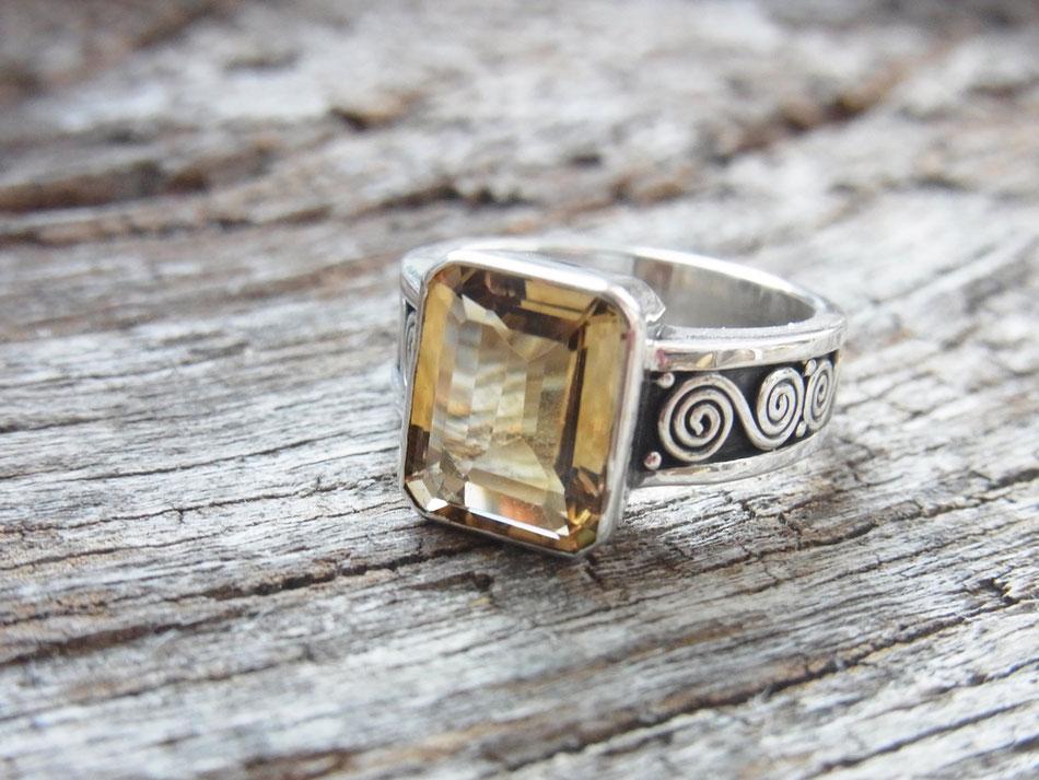 Ring mit geschliffenen Citrin und Spiralen aus Silber