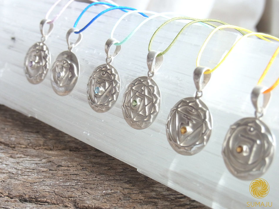 Ketten mit sieben runden handgeschmiedeten Chakra Symbol Anhängern von SUMAJU aus Sterling Silber