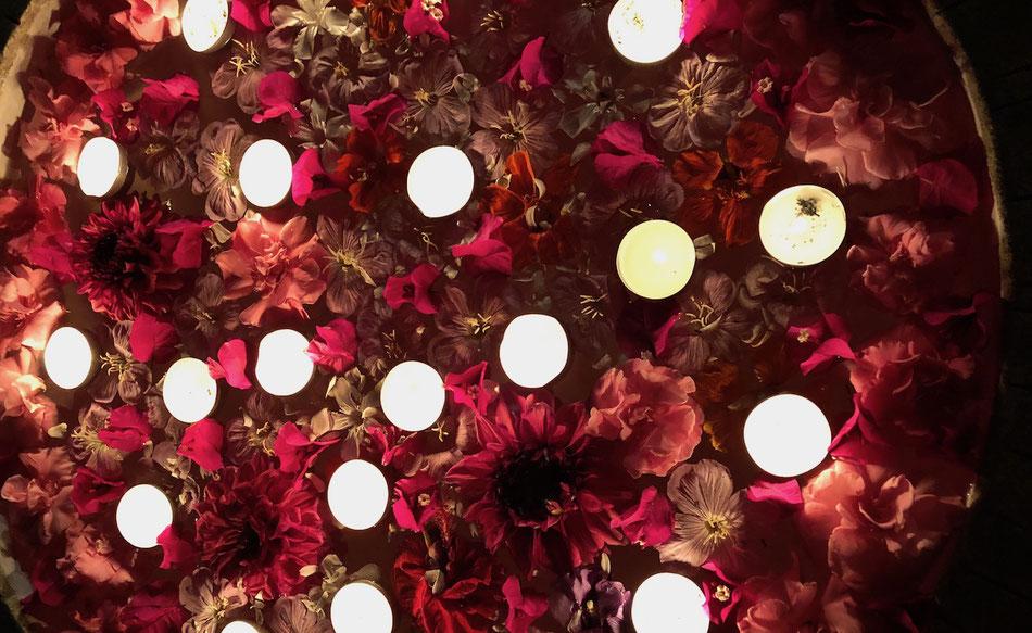 rotes Blumenmeer mit Kerzenlichtern