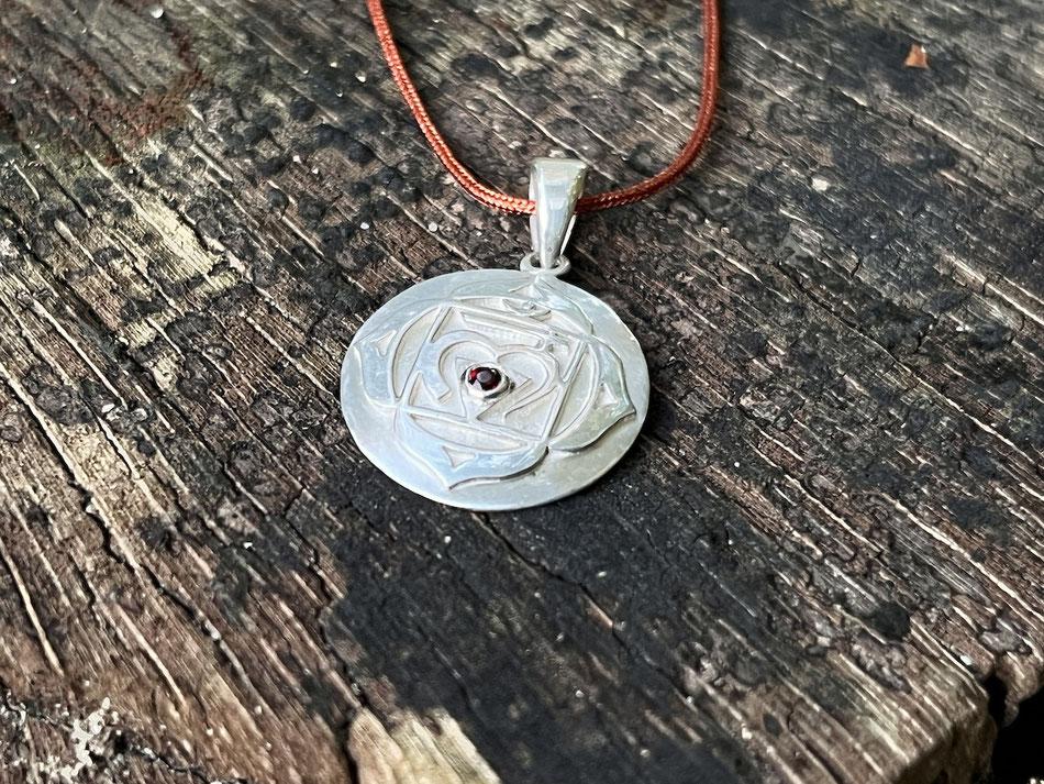 Nylonbandkette mit Wurzelchakra Symbol und Granat Anhänger aus Silber
