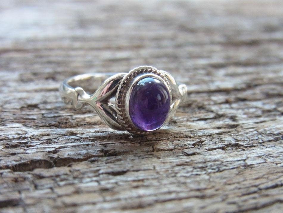 Ring mit violettem Amethyst aus Silber