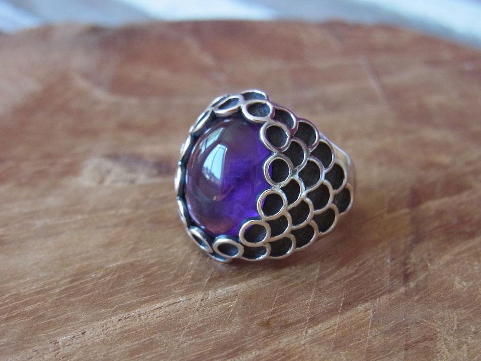 Handgeschmiedeter Edelsteinring mit violettem Amethyst aus Silber