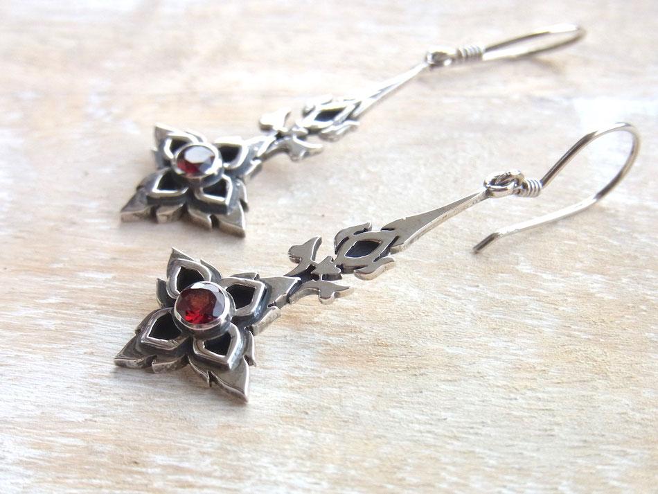 Lange Ohrhänger aus Silber mit facettierten Granat Steinen