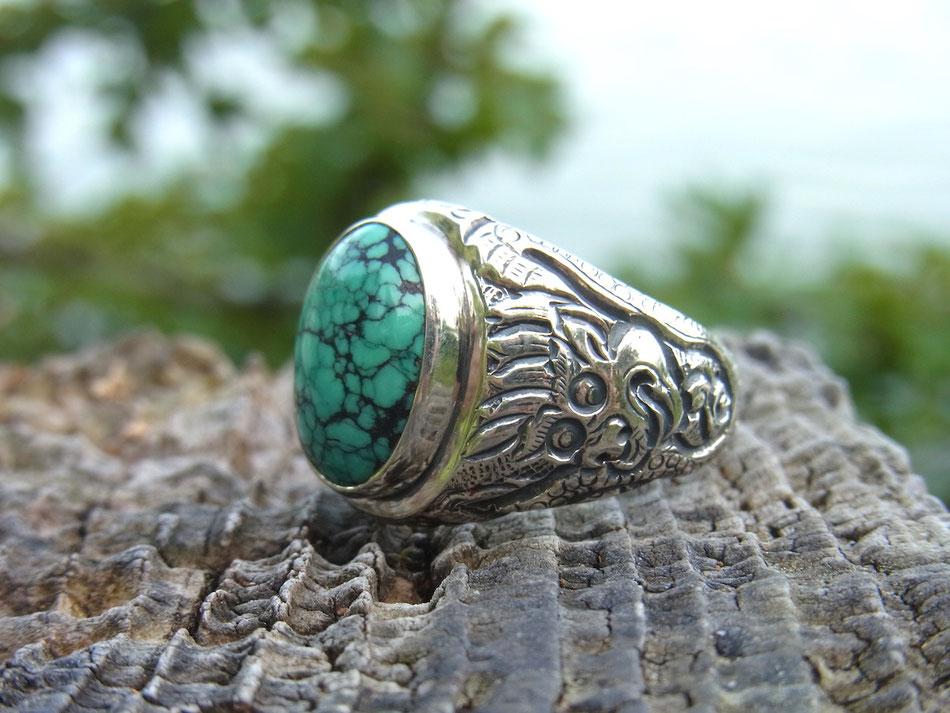 Ring aus Silber mit Drachen Gravur und grünem Türkis Stein