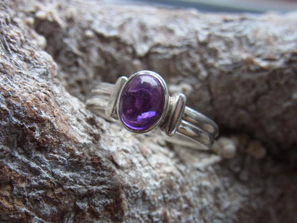 Silberring mit ovalem violett leuchtenden Amethyst Edelstein