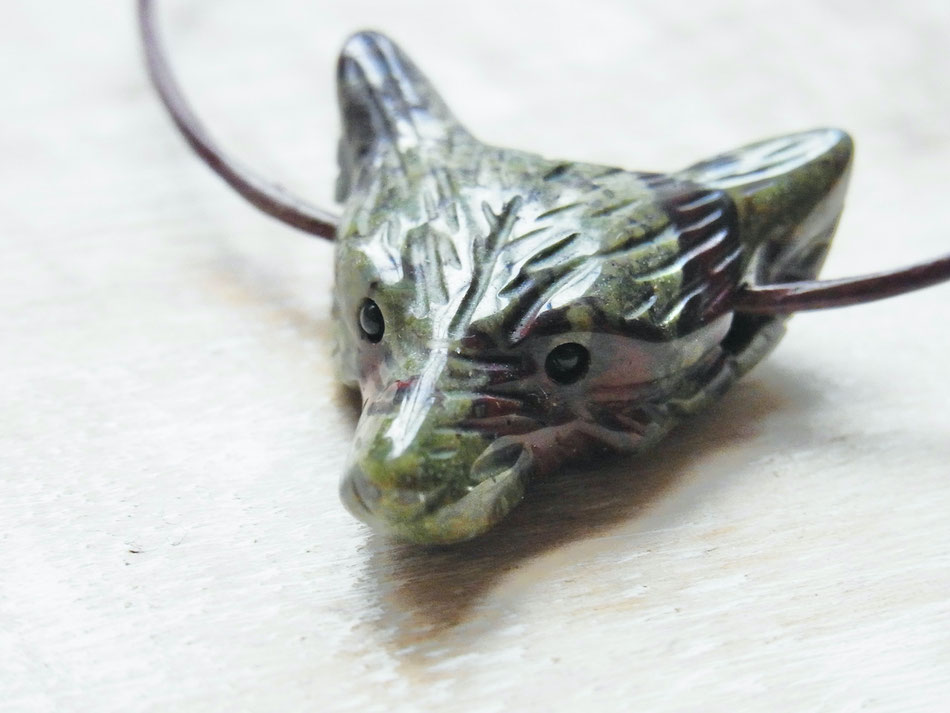 Lederbandmit Wolfskopf Anhänger Drachenblut Jaspis Edelstein