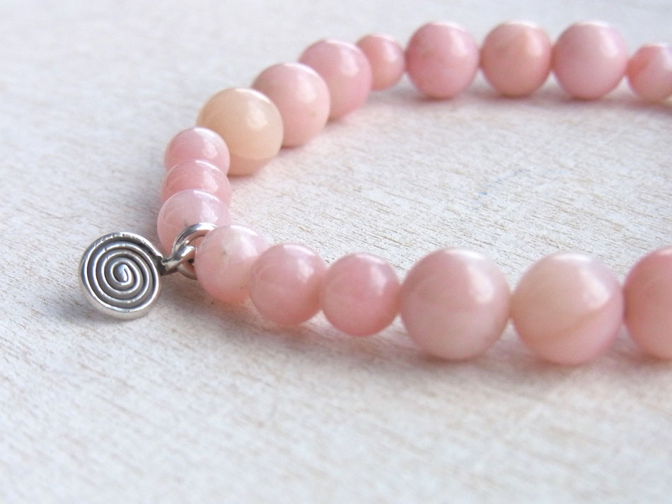 Edelsteinarmband aus rosa Andenopalen und kleiner Silberspirale