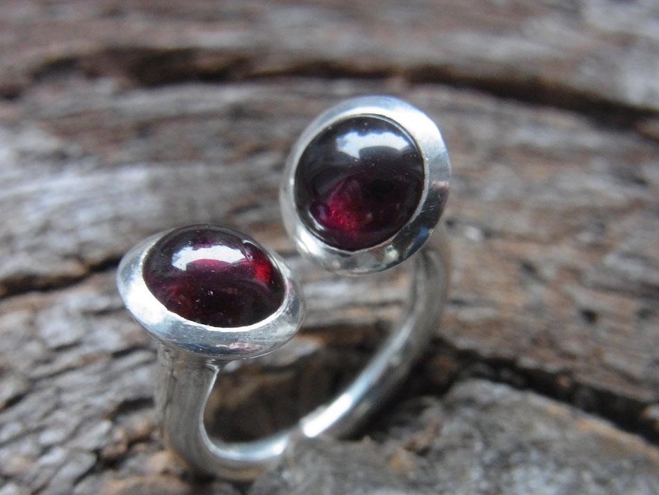 Ring mit zwei roten Granat Edelsteinen in Silber eingefasst