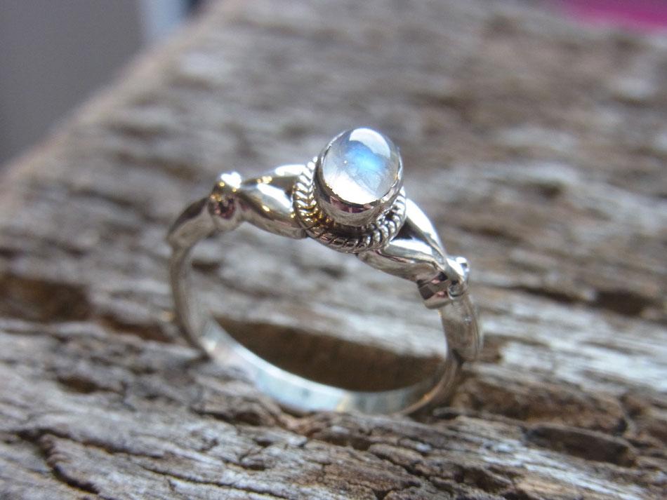 filigraner Ring mit Regenbogen Mondstein aus Silber