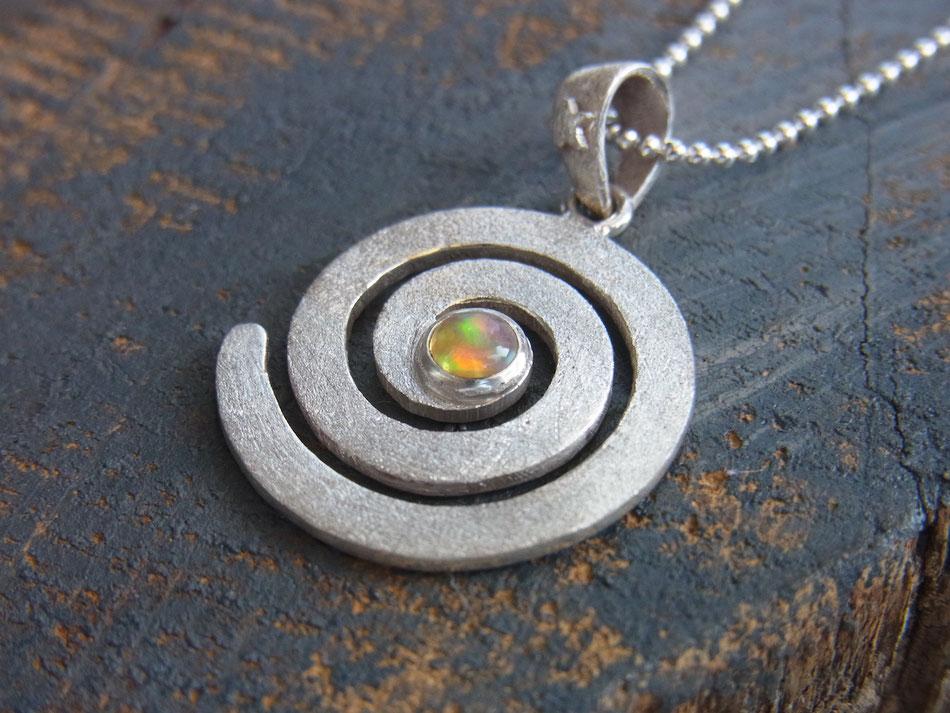 Filigrane Kette aus Silber mit mattem Spirale Anhänger mit Opal