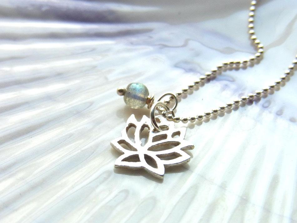 kurze Silberkette mit Lotusblume Anhänger und Mondstein Perle
