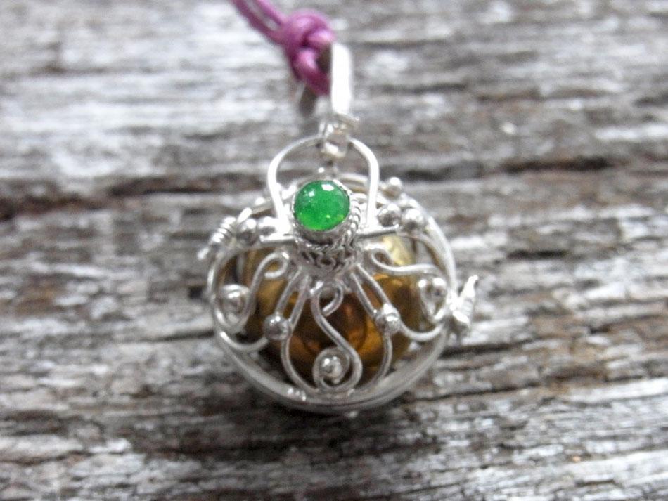Kette mit Klangkugel Anhänger aus Silber und grünem Onyx Stein
