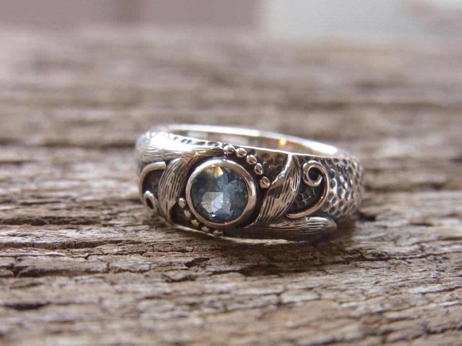 Ring mit hellblauem Topas in Sterling Silber eingefasst