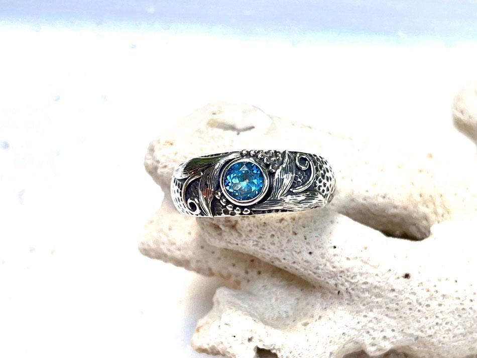 gehämmerter Silberring mit hellblauem Topas und aufwändigen Verzierungen