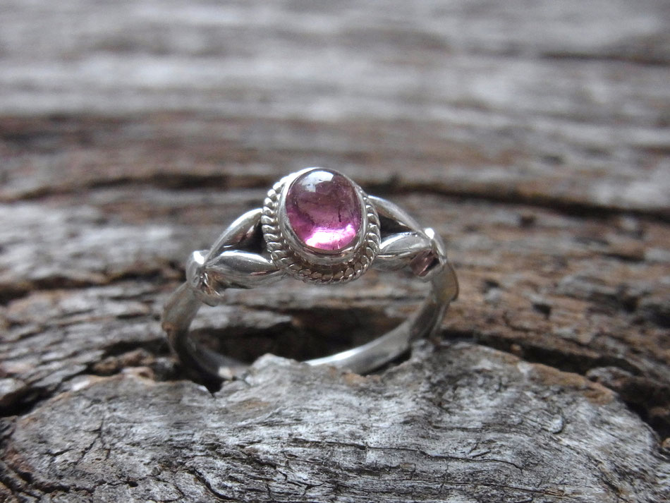 filigraner Silberring mit rosa Turmalin Cabochon