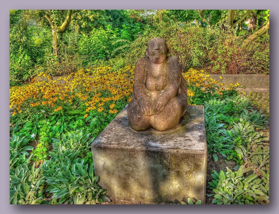 Skulptur Große Sitzende Hannelore Köhler