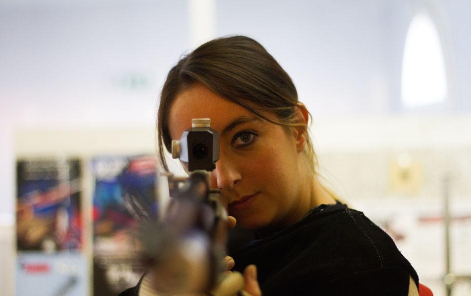 Femme pratiquant le tir à la carabine