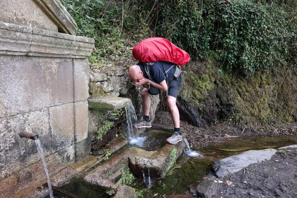 Alte Wasserquelle vor Betanzos mit Wasser in beste Trinkqualität