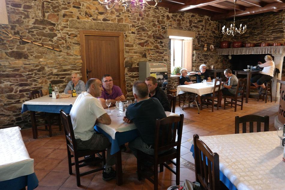 Pilger bei Abendessen in der Dorfkneipe in Bruma