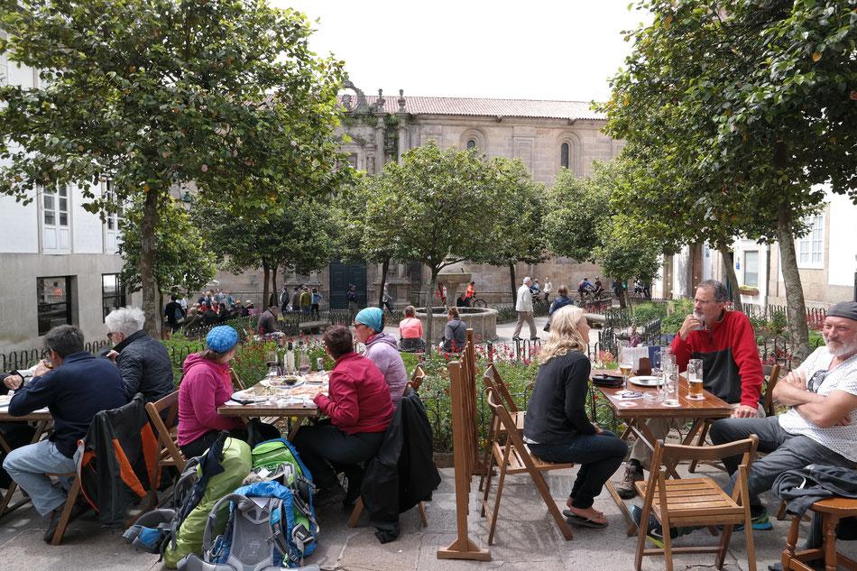 Die Pilger dominieren die Straßen und Lokale in Santiago