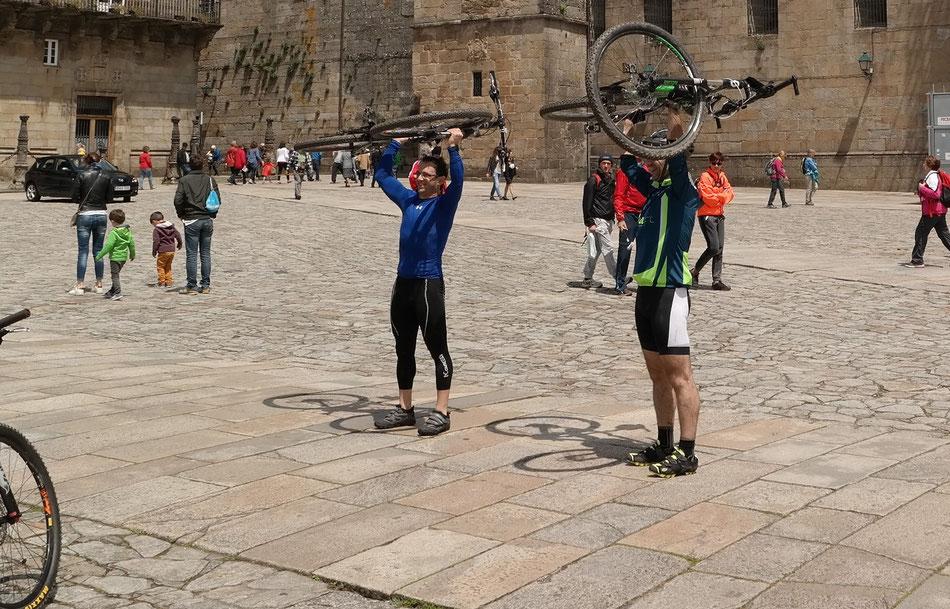 Fahrrad-Pilger am Ziel