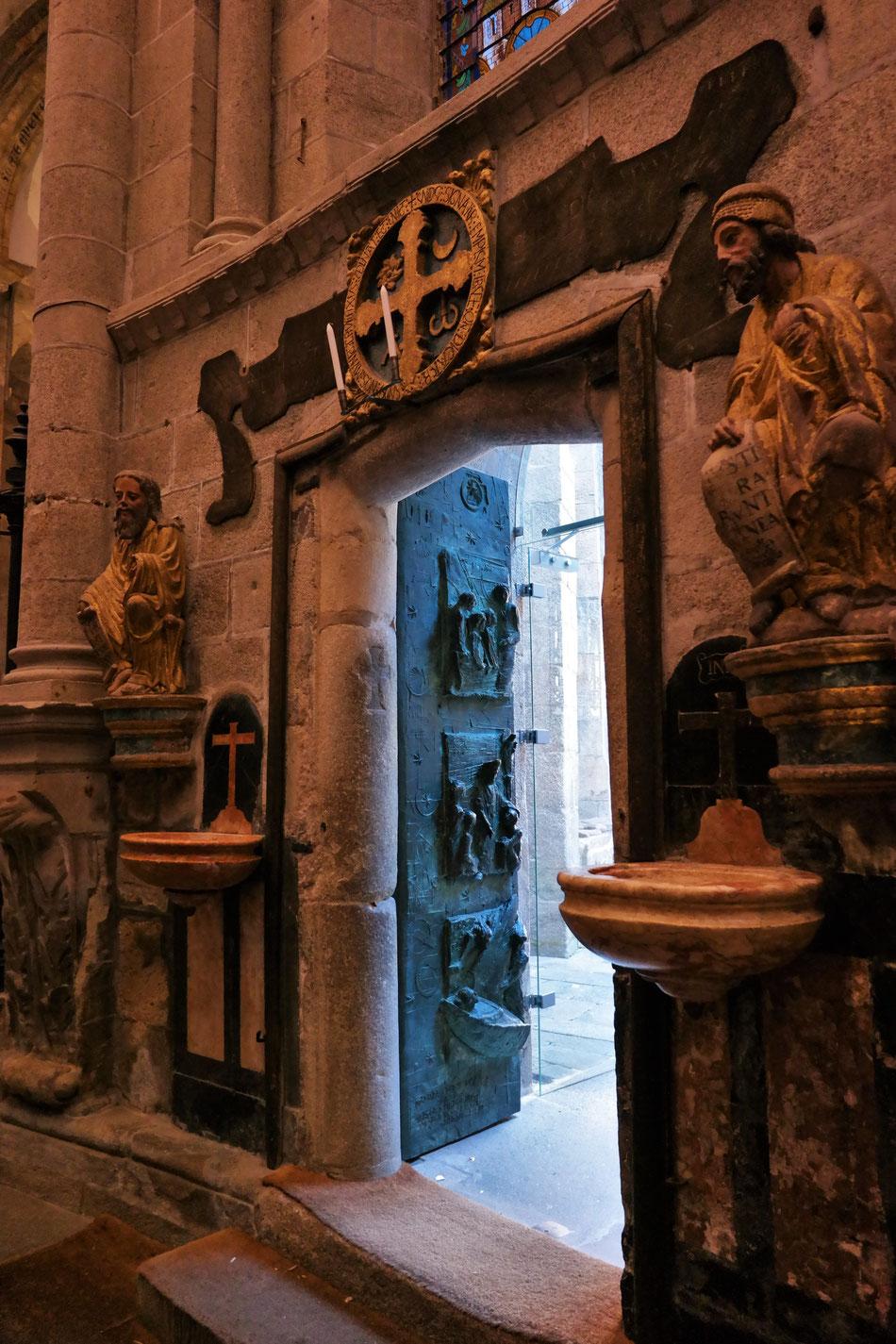 Porta Sancta, Heilige Pforte, die vom Papst oder Päpstlichen Legaten durch symbolische Hammerklopfen geöffnet wird.