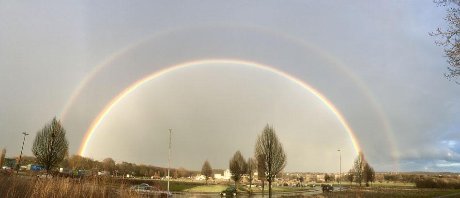 Wunderschöner Regenbogen zu Hause über Dortmund.