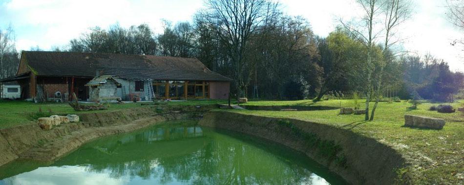 Haus mit Brotbackhaus im Umbau - halbvoller Teich