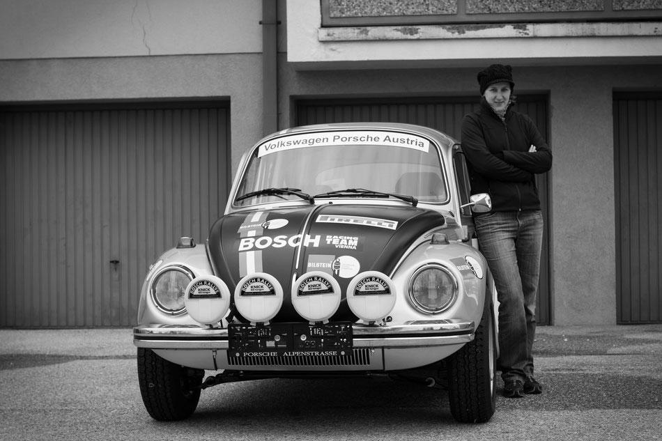 Corina Rennhofer mit dem Siegerwagen der Elba-Rallye 1973