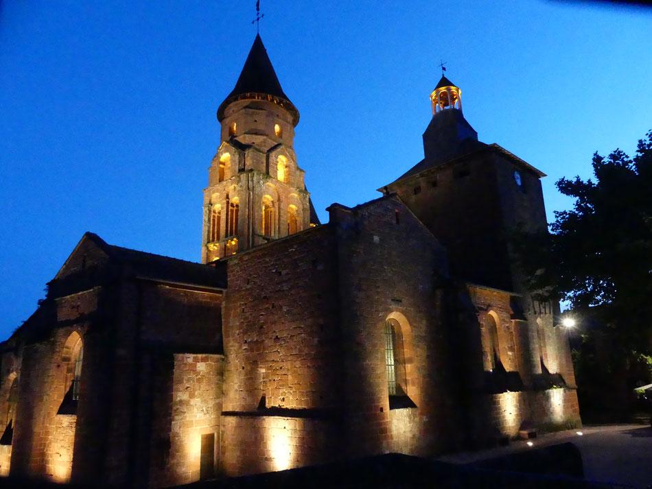 Sur la Voie de Rocamadour, chemin vers Compostelle, nouvel éclairage de l'église St-Pierre de Collonges-la-Rouge en Vallée de la Dordogne. Patrimoisne médiéval, Plus beaux Villags de France, à 150 m de La Mérelle