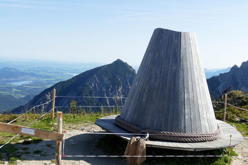 Der größte, drehbare Wanderhut der Alpen lässt das Panorama per Rundumblick sitzend genießen