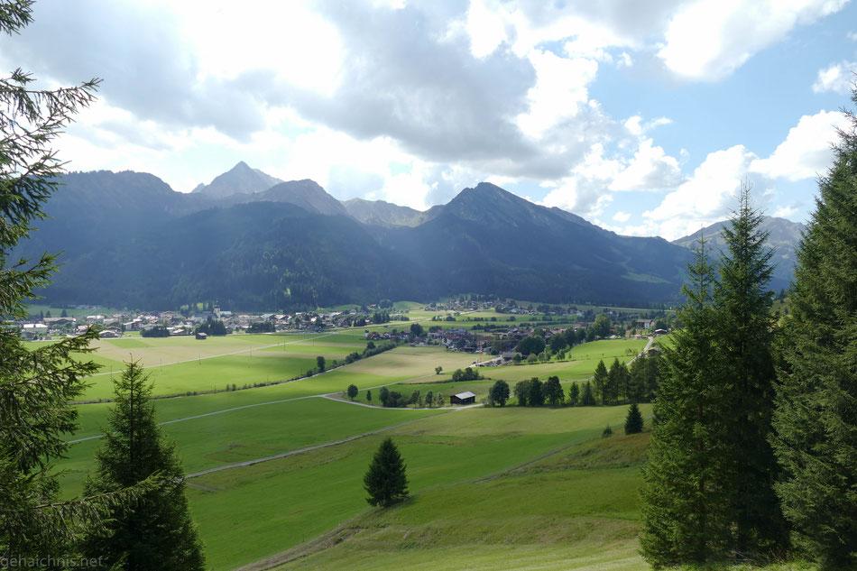 Rechts Berg, ein Ortsteil von Tannheim. Links Tannheim.