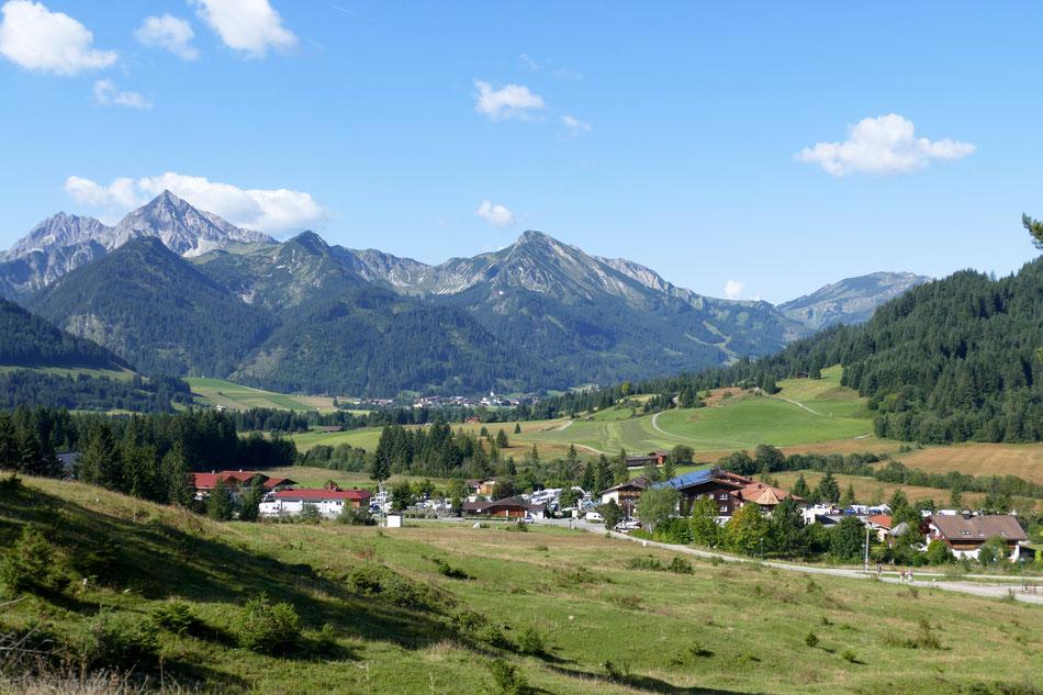 Auf dem Pfad hoch zum Forstweg mein Blick zurück nach Grän (im Vordergrund) und Tannheim (im Hintergrund)